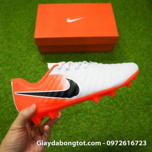 Giay da bong dinh cao cho chan be Nike Tiempo FG mau trang cam (1)