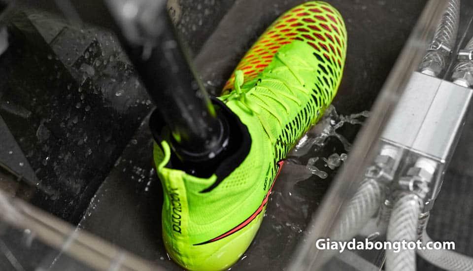 Giay bong da Nike cao co voi chiec co thun Dynamic Fit om mat ca