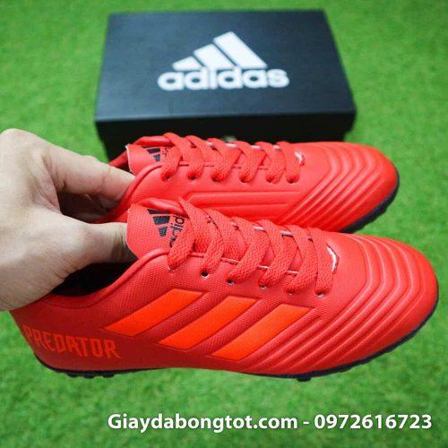 Giày sân cỏ nhân tạo trẻ em Adidas có vân nổi và mũi giày được khâu chỉ cẩn thận