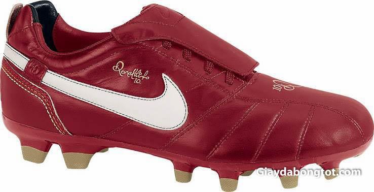 Huyền thoại Ronaldinho đã từng gắn liền với dòng giày Nike Tiempo R10 huyền thoại