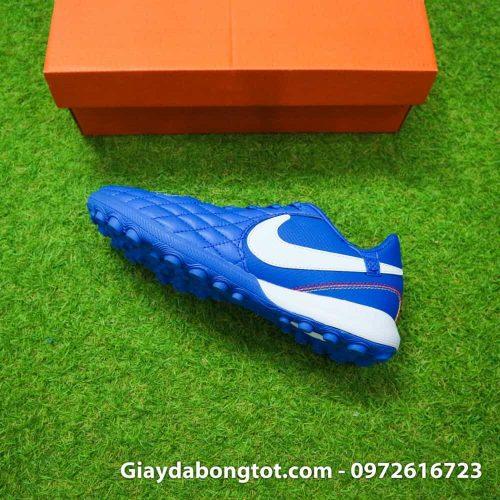 Giày sân cỏ nhân tạo Nike Tiempo TF của Ronaldinho có lớp da rất mềm mại, êm ái