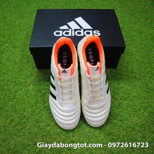 Thiết kế đơn giản, form giày thoải mái, mang lại sự êm ái lúc chơi bóng trên sân cỏ nhân tạo