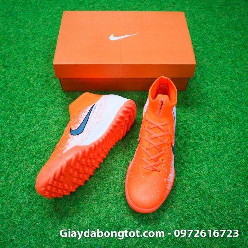 Đôi giày Nike cao cổ Mercurial Superfly VI rất ôm chân và chắc chân lúc chơi trên sân cỏ nhân tạo
