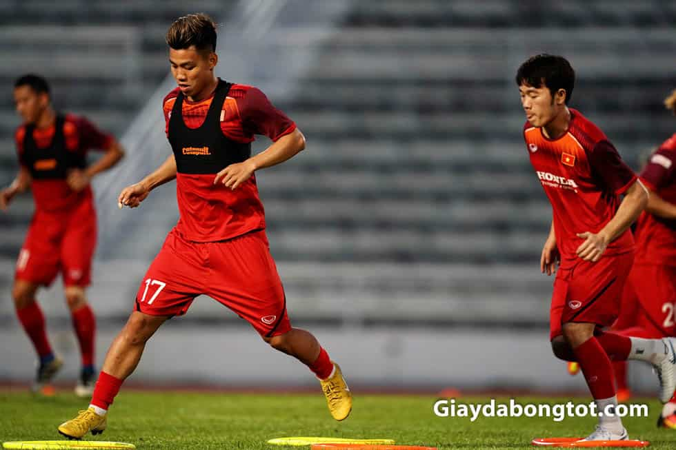 Vũ Văn Thanh trở lại đội tuyển với mẫu giày Nike Mercurial màu vàng Neymar Worldcup 2018