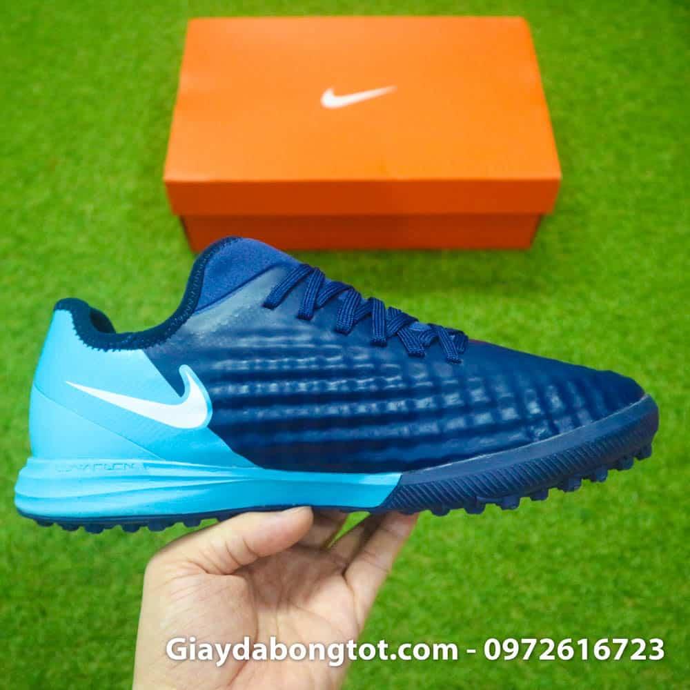 Các vân nổi hỗ trợ kiểm soát bóng trên bề mặt thân giày là đặc trưng của Nike Magista