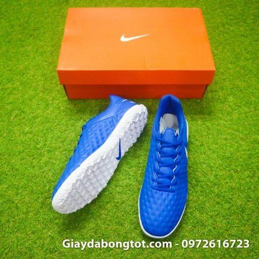 Lớp da sần ở bề mặt giày đá bóng Nike Tiempo 8 hỗ trợ kiểm soát bóng tốt hơn