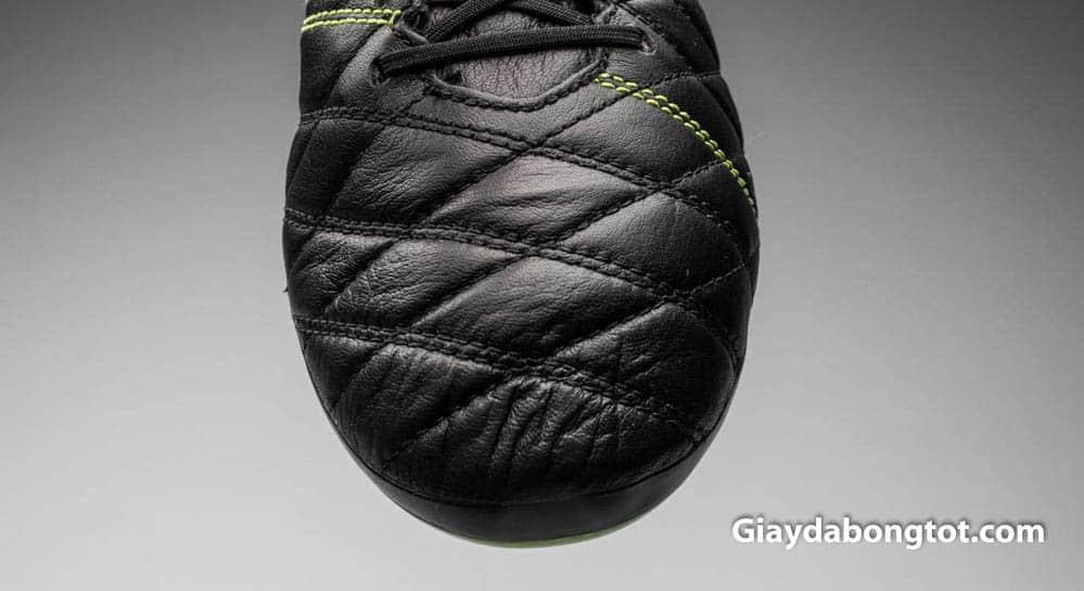 Giày đá bóng da mềm thoải mái nhất là các loại giày da thật như da bê, da kangaroo cao cấp