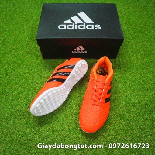 Giày đá bóng phủi 3 sọc CT3 với form giày thon gọn đẹp mắt và đế giày bám sân tốt