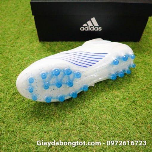 Giày đinh AG hỗ trợ bám sân tốt trên mặt sân cỏ nhân tạo có độ cao tốt