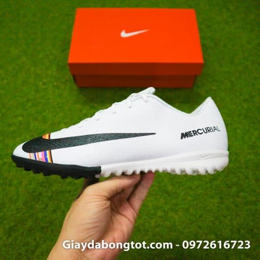 Giày sân cỏ nhân tạo CR7 Level Up màu trắng với form giày thon gọn đẹp mắt hỗ trợ sút bóng tốt