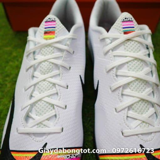 Phần lưỡi gà của giày Nike CR7 Level up màu trắng được làm bằng vải êm ái chi tiết cực kỳ đẹp mắt