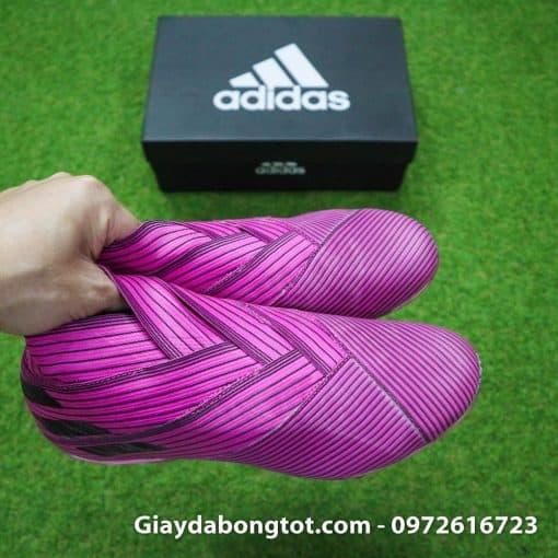 Thiết kế bằng sự ghép nối của các sợi đai vải ôm chân giúp đôi giày ôm chặt dù không có dây