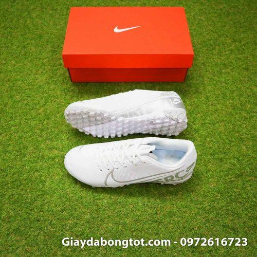 Dòng giày Nike Mercurial TF là phiên bản sân cỏ nhân tạo của dòng giày hỗ trợ di chuyển tăng tốc trong bóng đá