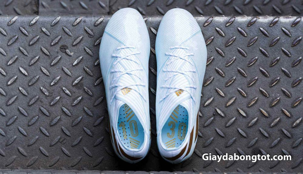 Phần lót giày có in số áo của Messi hay sử dụng là số 10 và số 30 lúc ra mắt