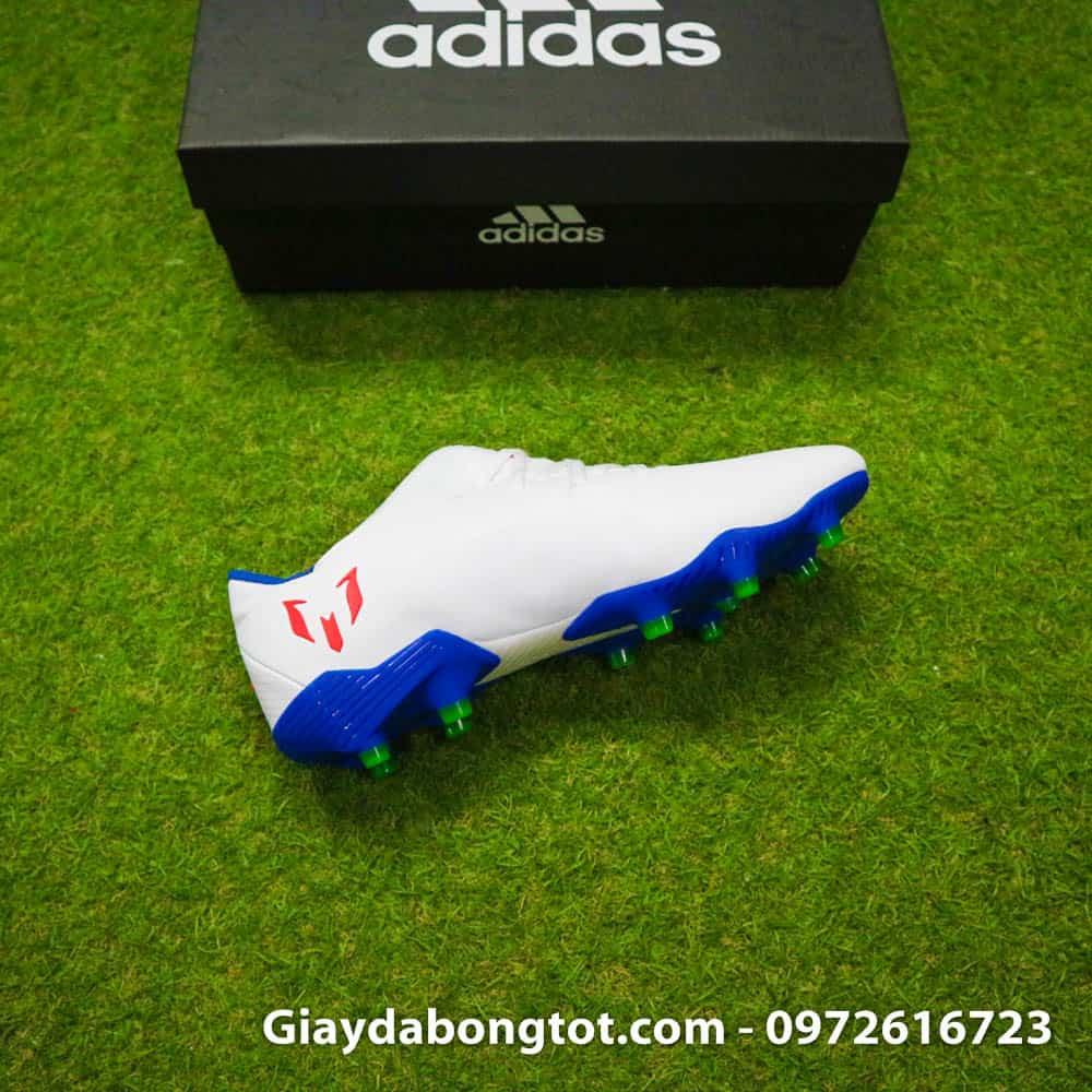 Logo chữ M cách điệu của Messi nổi bật ở phần gót sau của giày