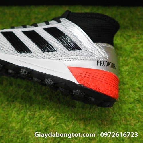 Đế giày có đệm hạt boost mang lại sự êm chân cho người mang khi chạy trên sân cỏ nhân tạo