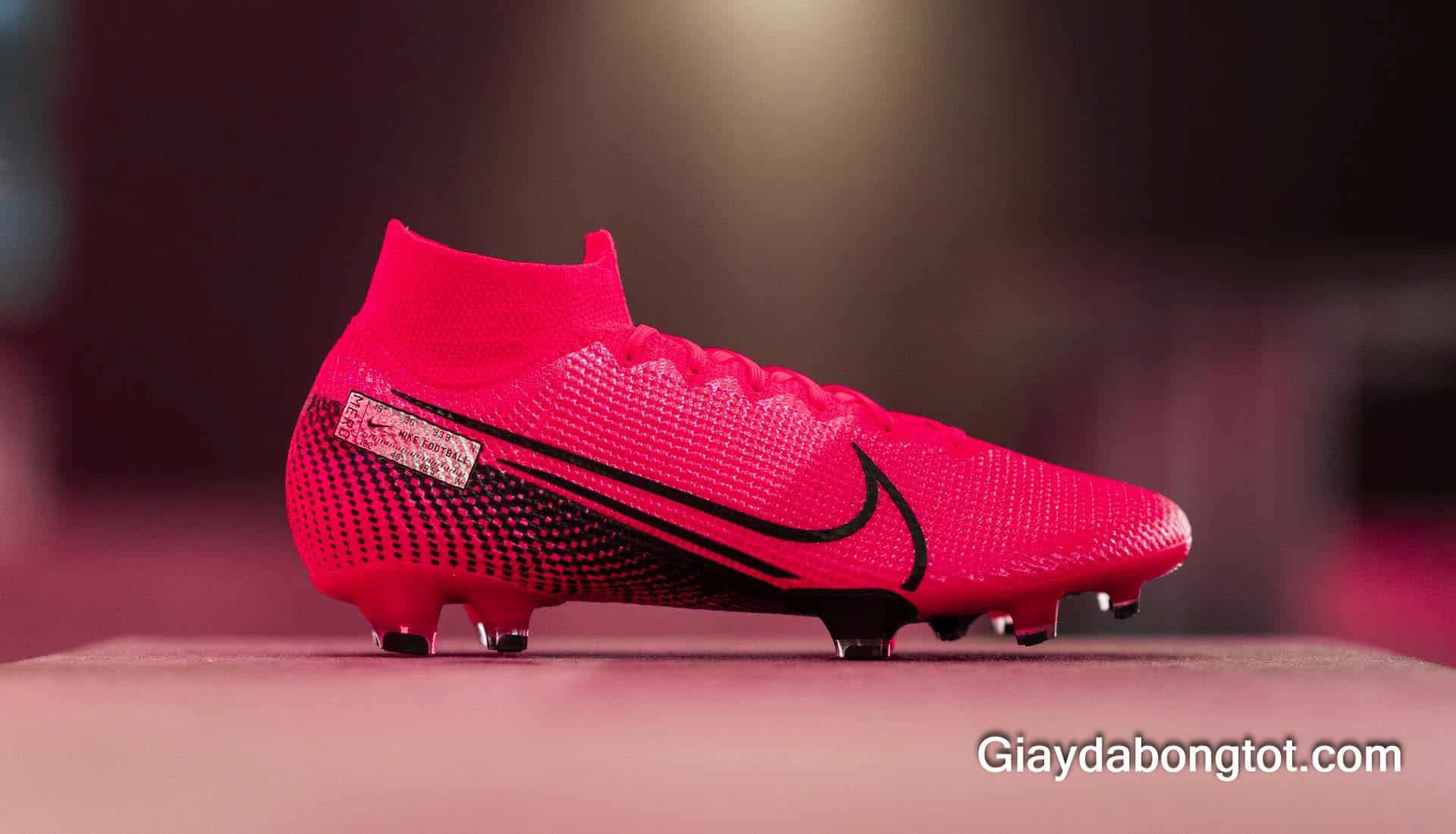 Giày đá bóng replica là tên gọi các shop giày dùng để gọi giày đá bóng fake đắt nhất, chất liệu tốt nhất