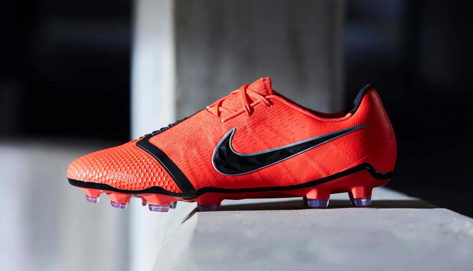 Giày đá bóng fake hay chính hãng làm bằng da nhân tạo Synthetic đều có nguồn gốc da giống nhau nhưng chất lượng da khác nhau