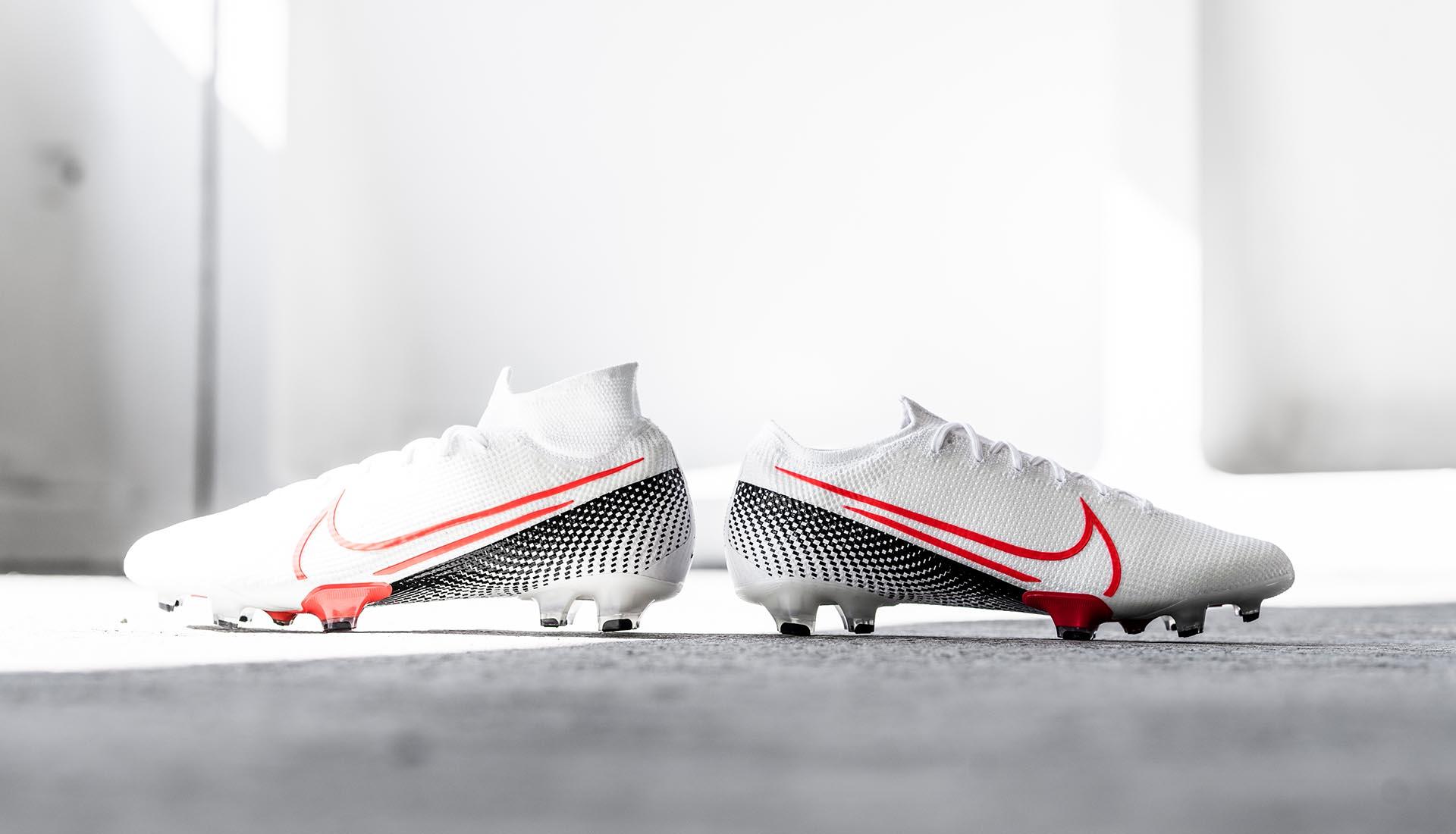 Cổ thun giày bóng đá Nike cao cổ thế hệ mới thấp hơn và thường kèm một phiên bản cổ thấp