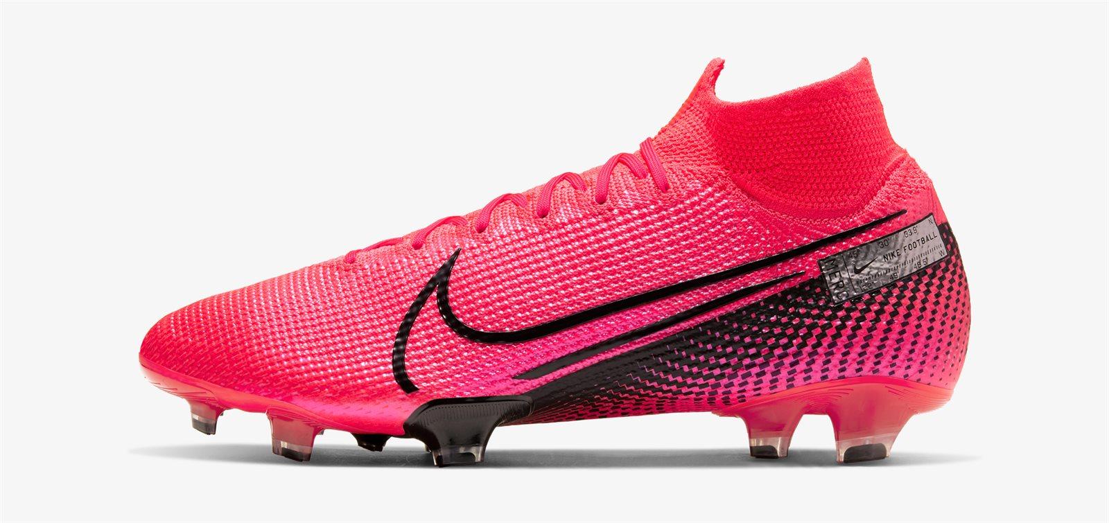 Giày Nike cao cổ Mercurial Superfly VII với da vải flyknit có trọng lượng rất nhẹ