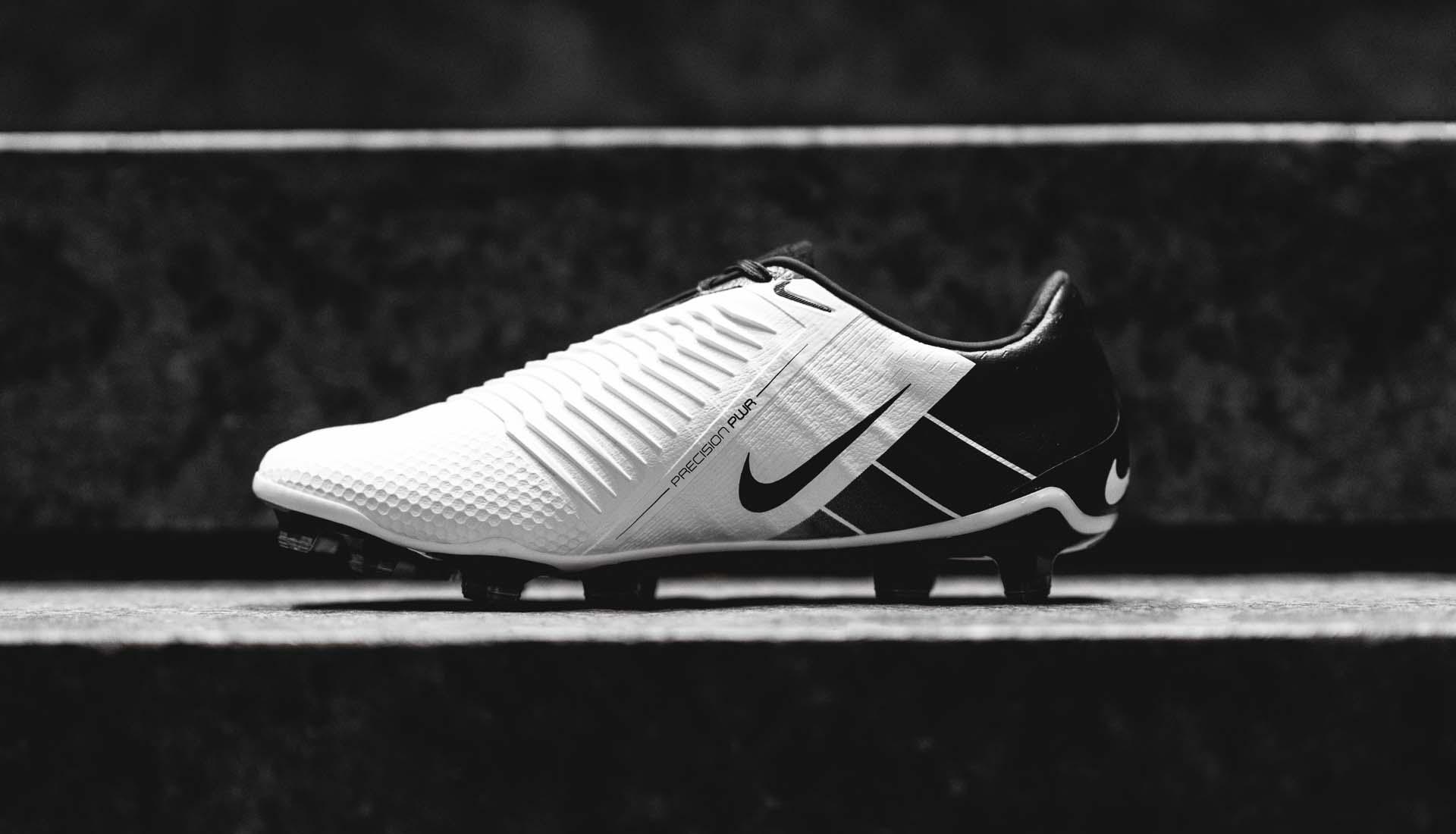 Má trong của Nike Phantom VNM với thiết kế vân nổi 3D hỗ trợ sút bóng tốt