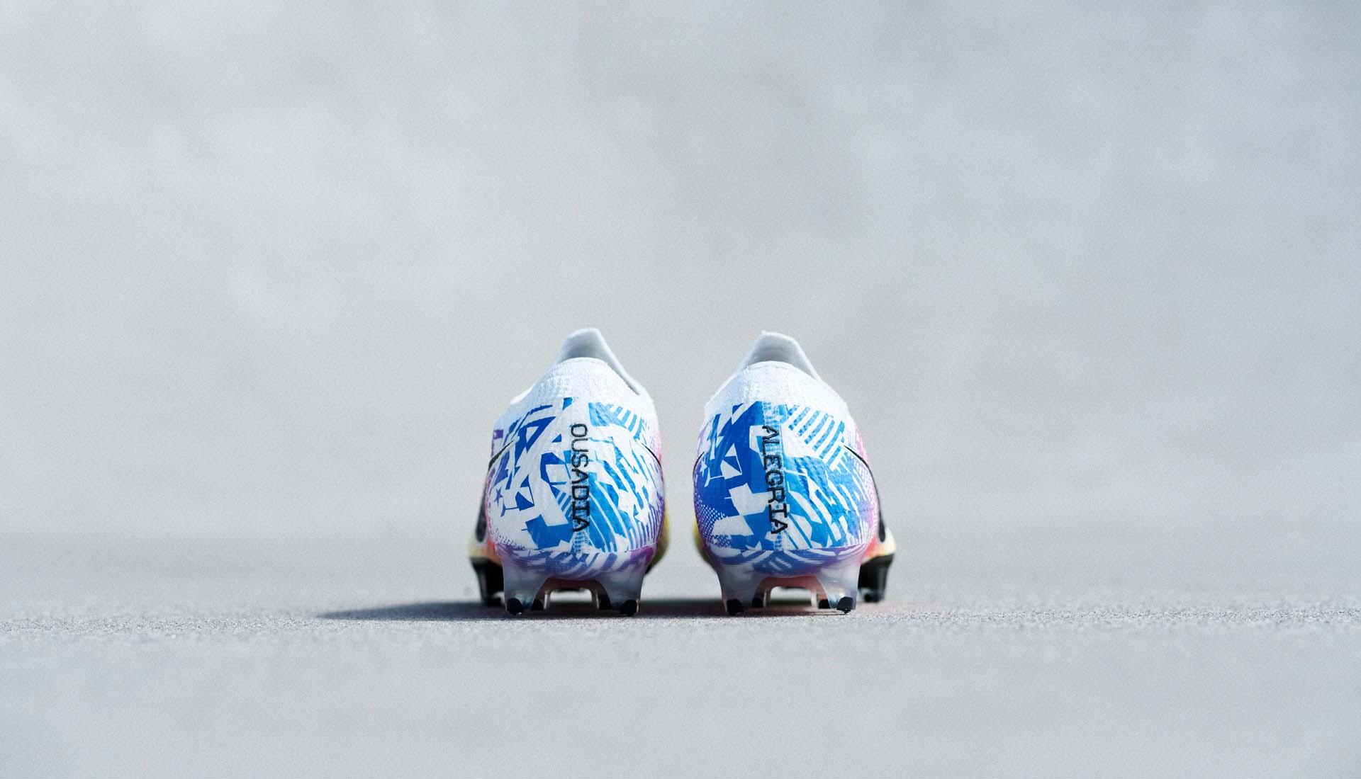Gót giày có in 2 chữ Ousadia và Alegria được Neymar xăm lên đôi chân của mình