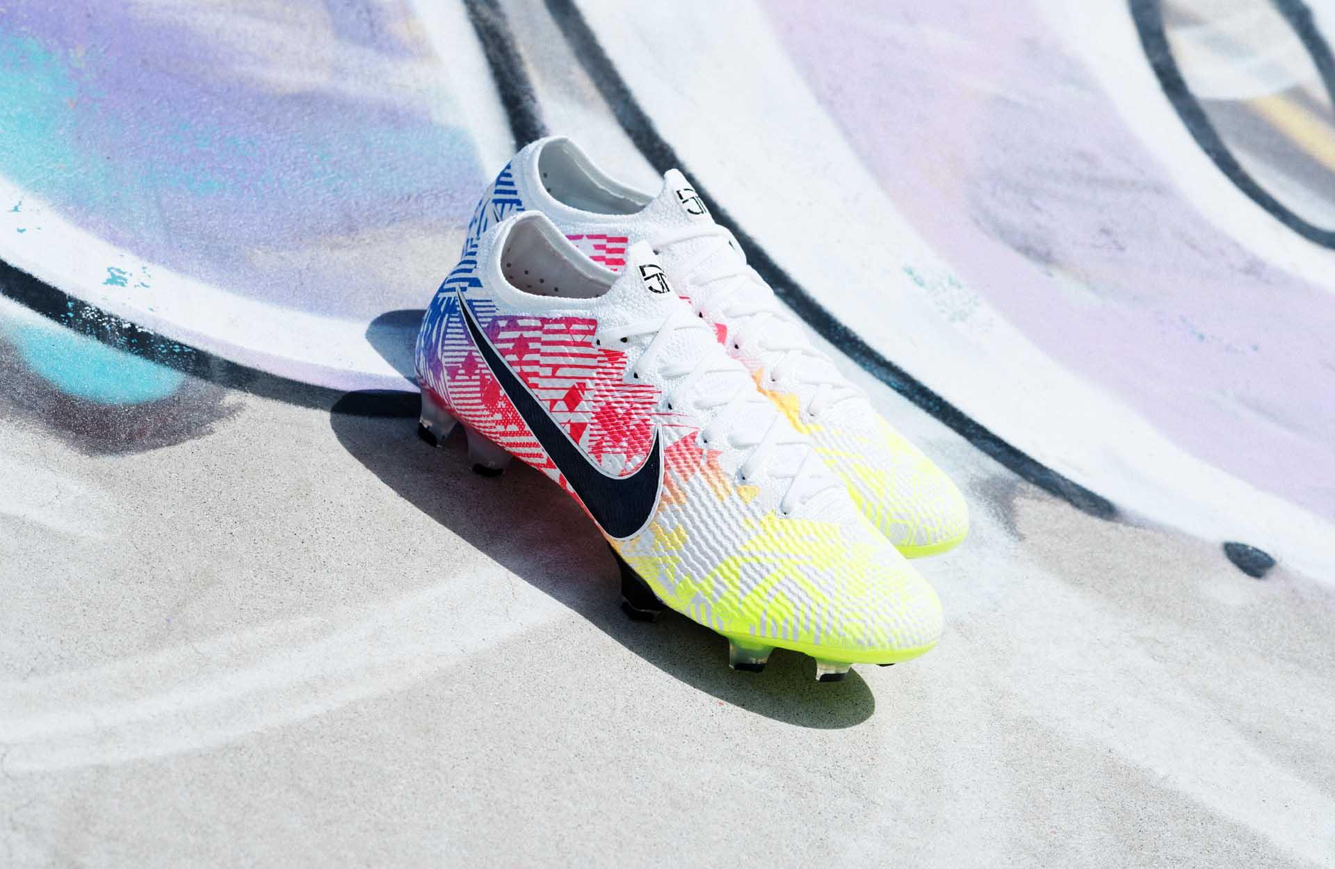Đôi giày đá banh của Neymar được sản xuất bằng chất liệu da vải sợi dệt siêu mềm và nhẹ