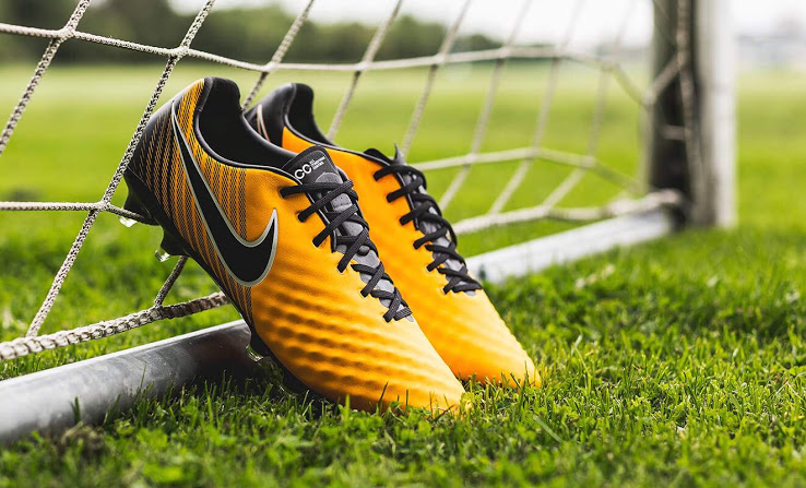 Giày bóng đá kiểm soát bóng thường có các vân nổi trên bề mặt