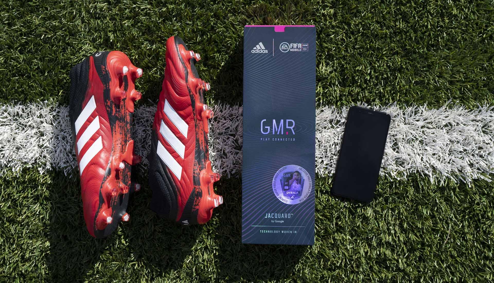 Giày bóng đá gắn chip Adidas và theo dõi số liệu qua điện thoại thông minh