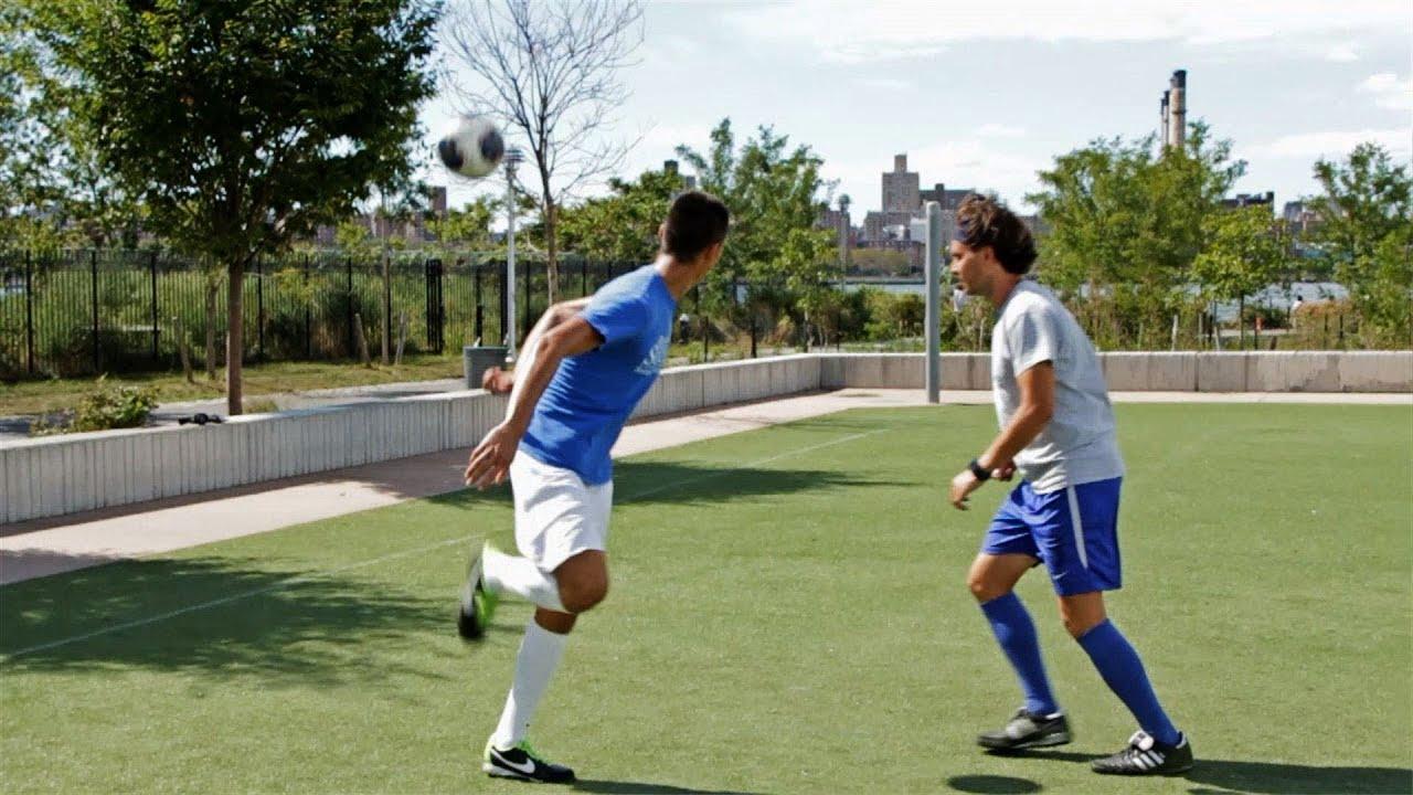 Kỹ thuật gắp bóng qua đầu có thể áp dụng rất hiệu quả trong thi đấu bóng đá để quả người