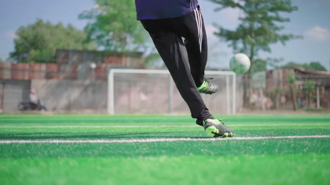 Vung chân lăng một cách dứt khoát để điều chỉnh hướng bóng theo hướng mình mong muốn