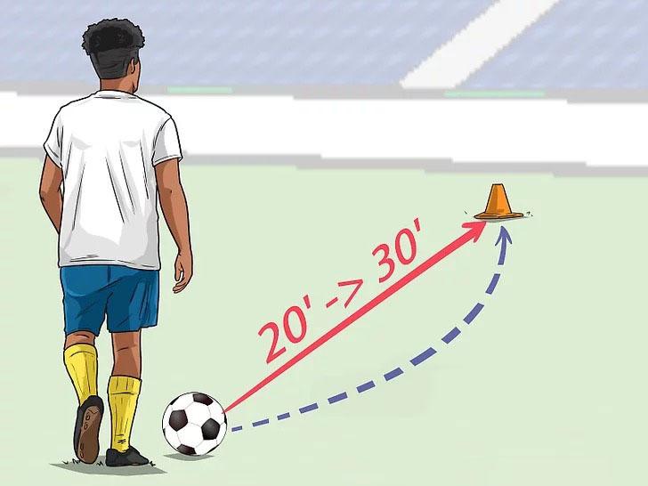 Cách sút bóng xoáy bằng má trong quan trọng nhất là phải căn được khoảng cách