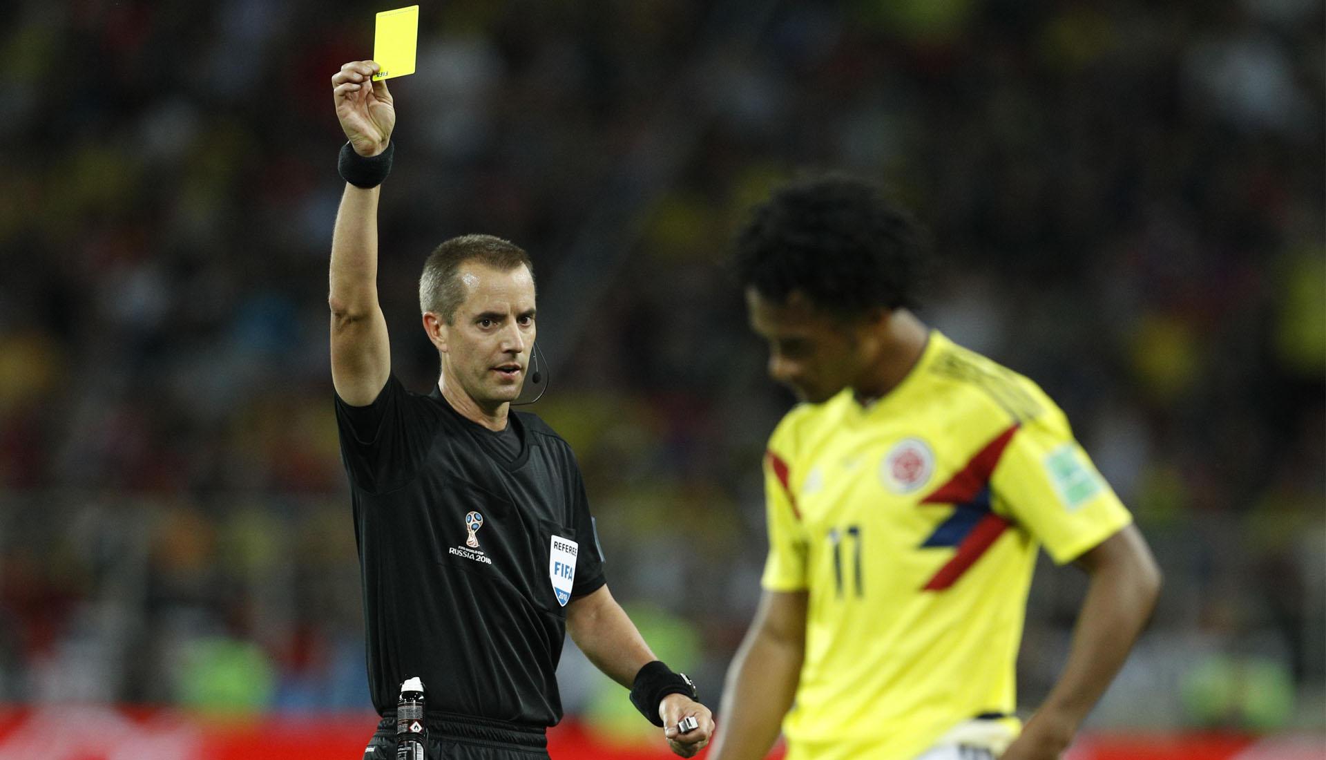 Trọng tài thường có nhiều tín hiệu khác nhau để điều khiển một trận đấu bóng đá