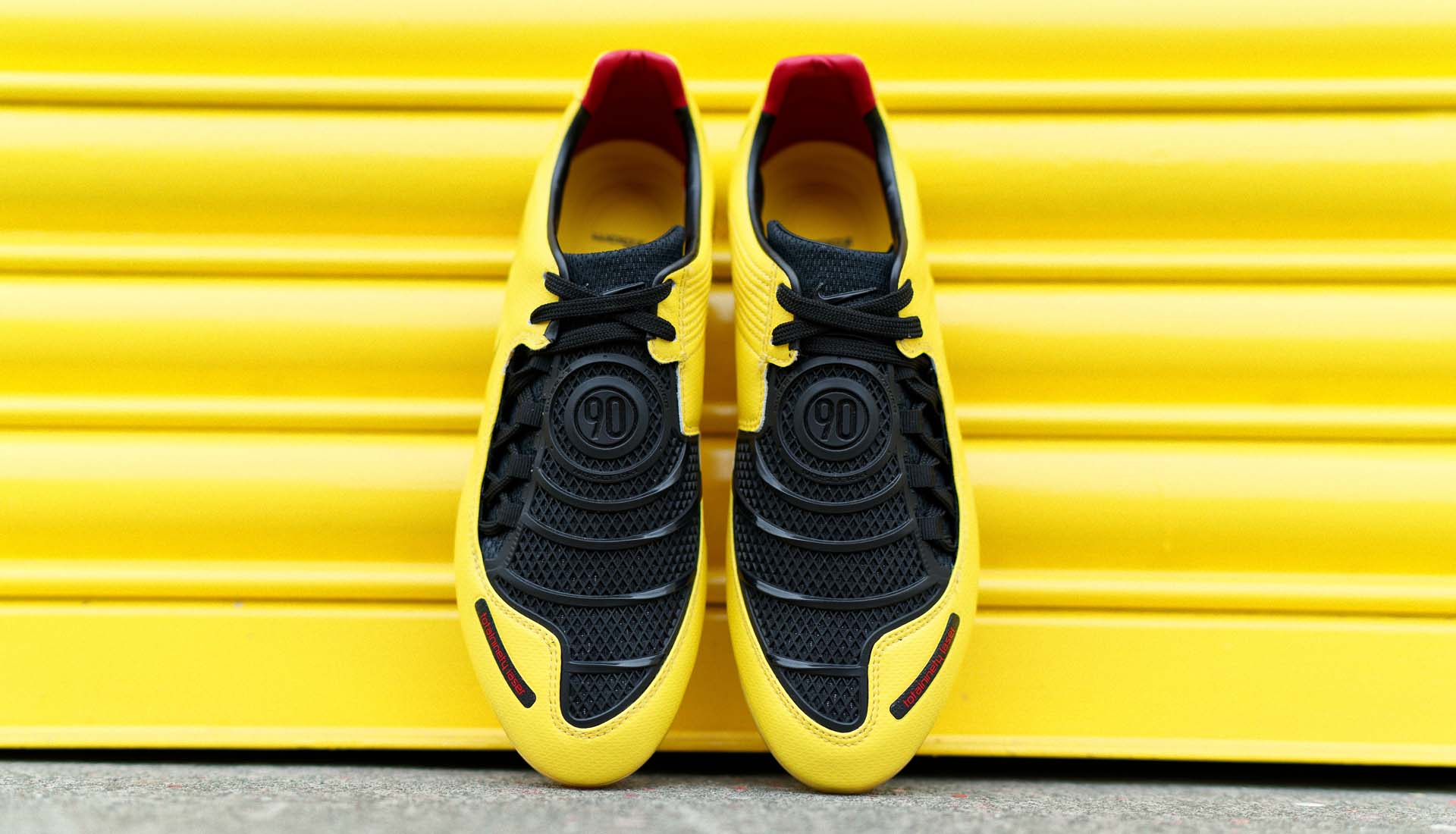 Giay da bong Nike T90 vang den