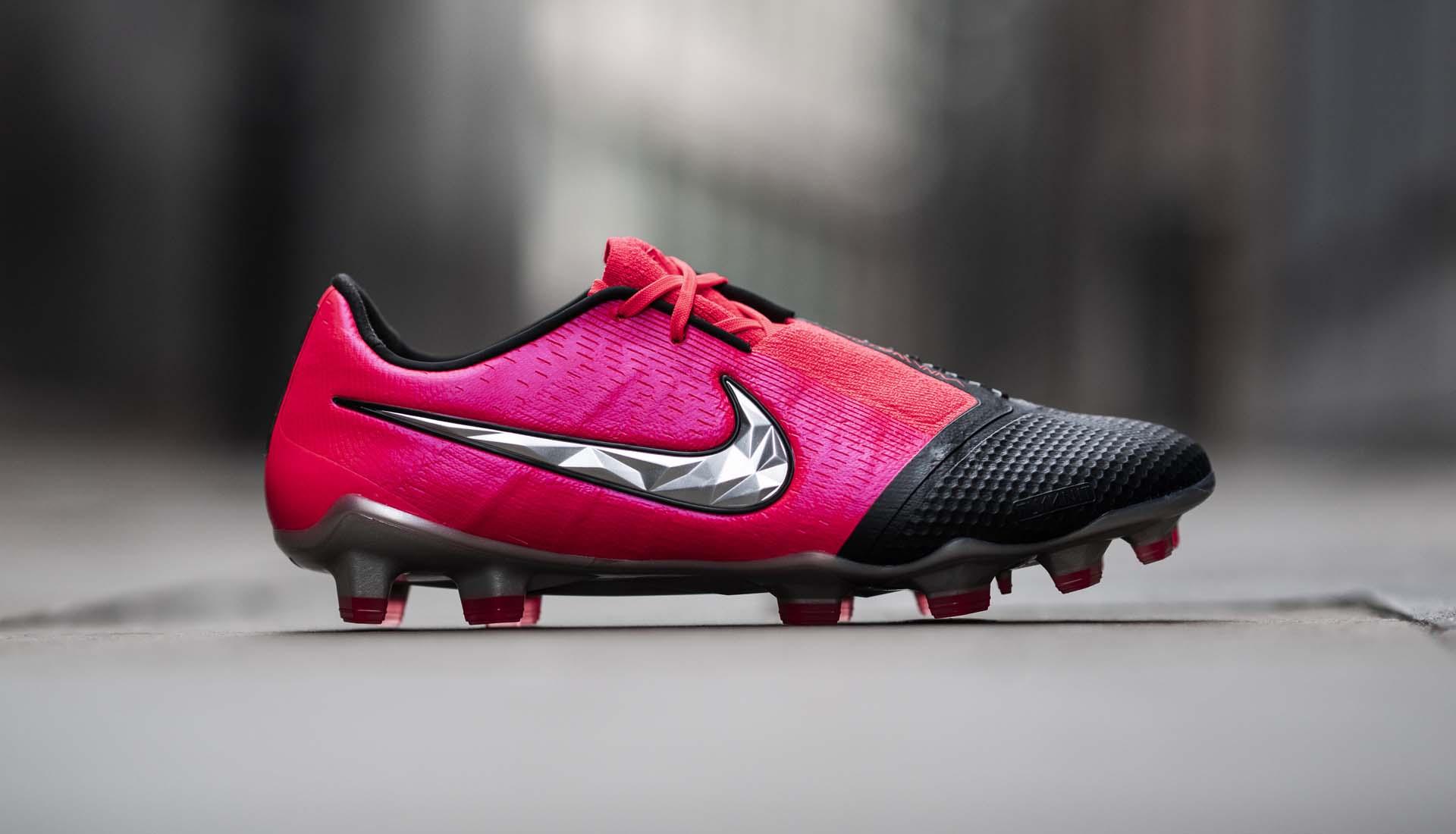 Nike Phantom VNM là dòng giày đá bóng hỗ trợ sút bóng tiền đạo