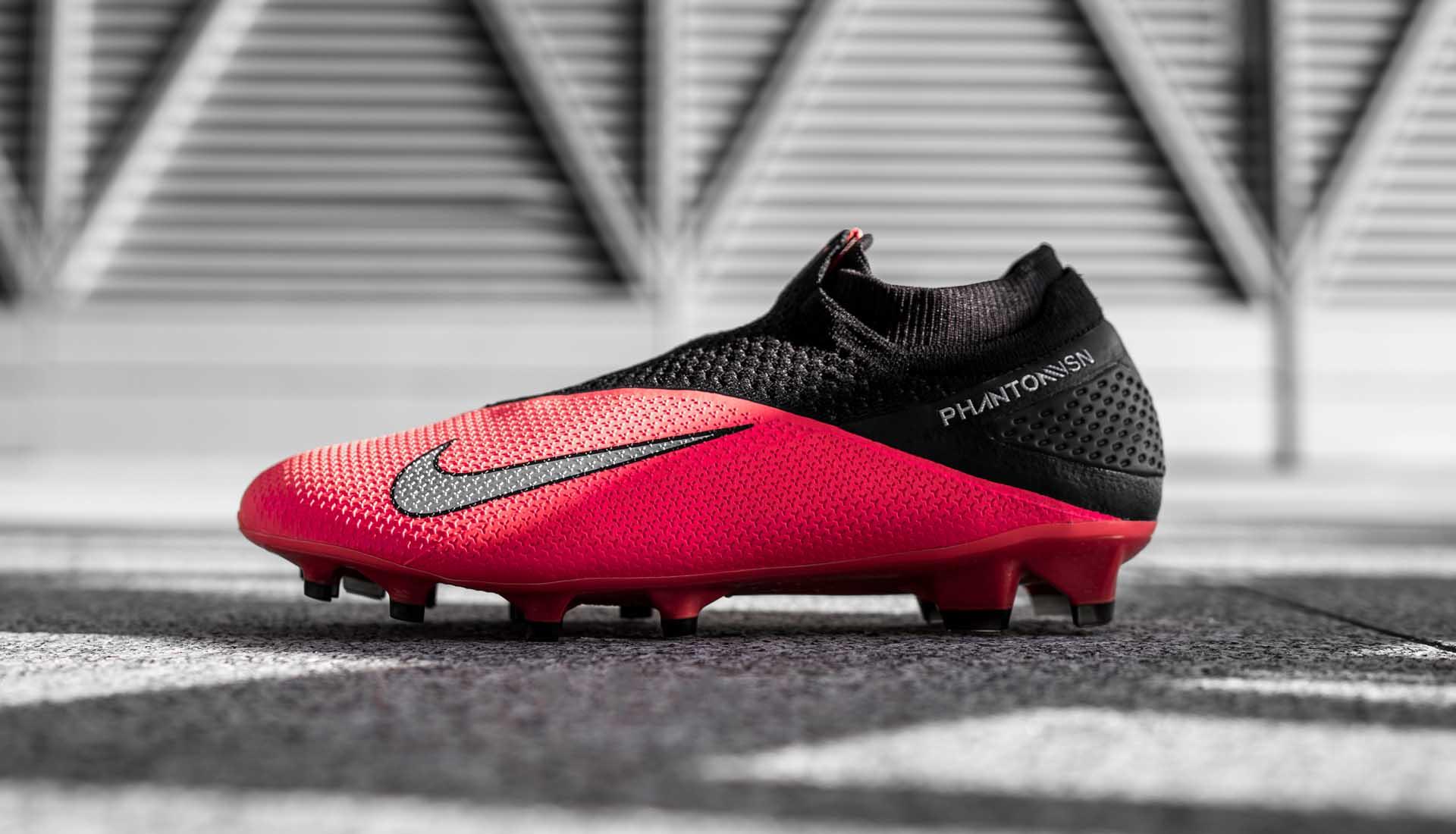 Nike Phantom Vision (VSN) là dòng giày đá bóng hỗ trợ kiểm soát bóng cho tiền vệ