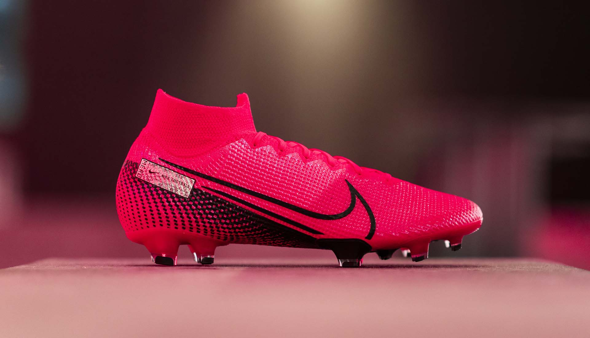 Nike Mercurial là dòng giày đá bóng trợ tốc có trọng lượng nhẹ nhất của Nike