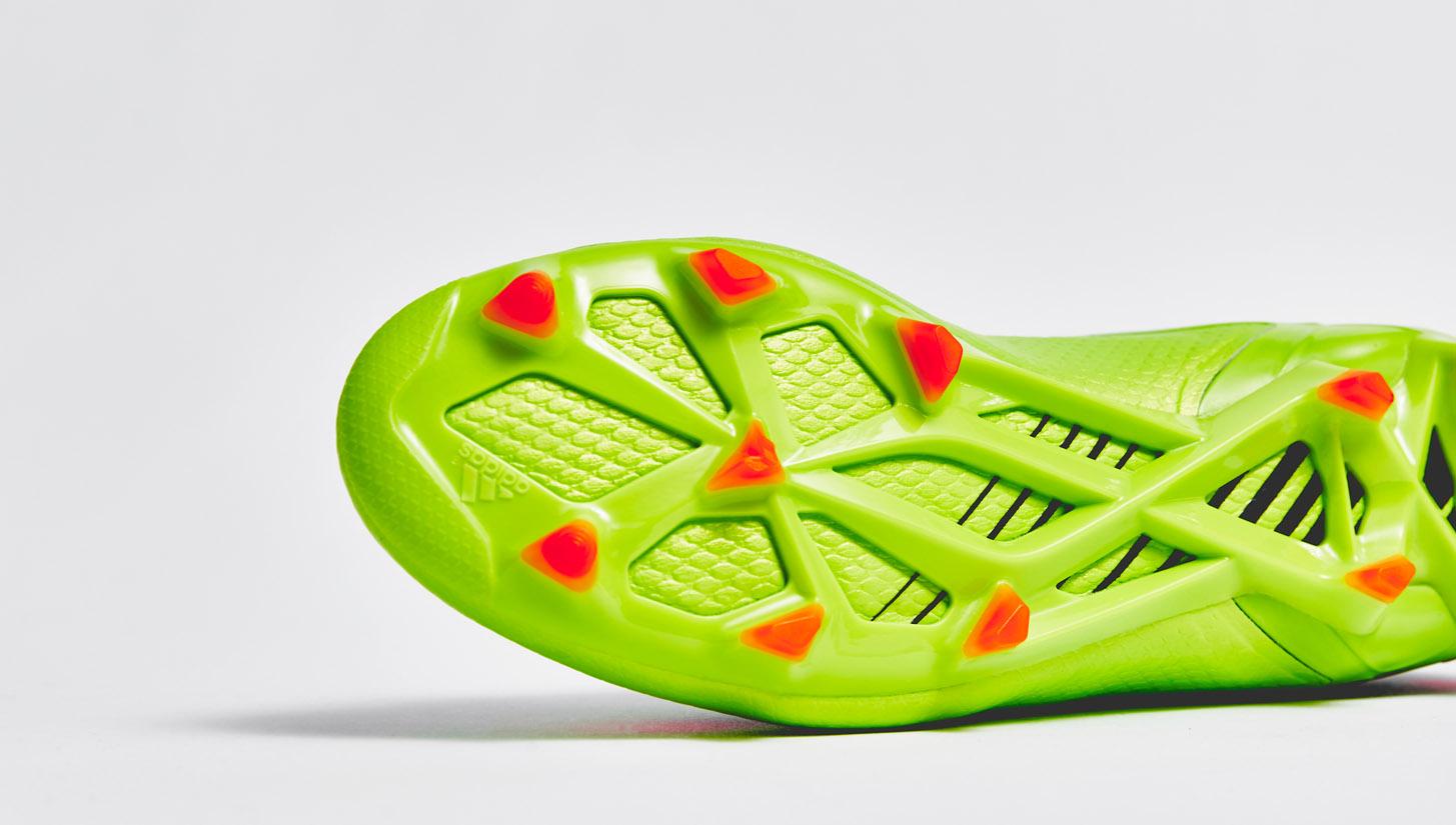 Giày đá banh đinh FG/AG có độ cao vừa phải chơi được trên cả sân cỏ nhân tạo và sân cỏ tự nhiên