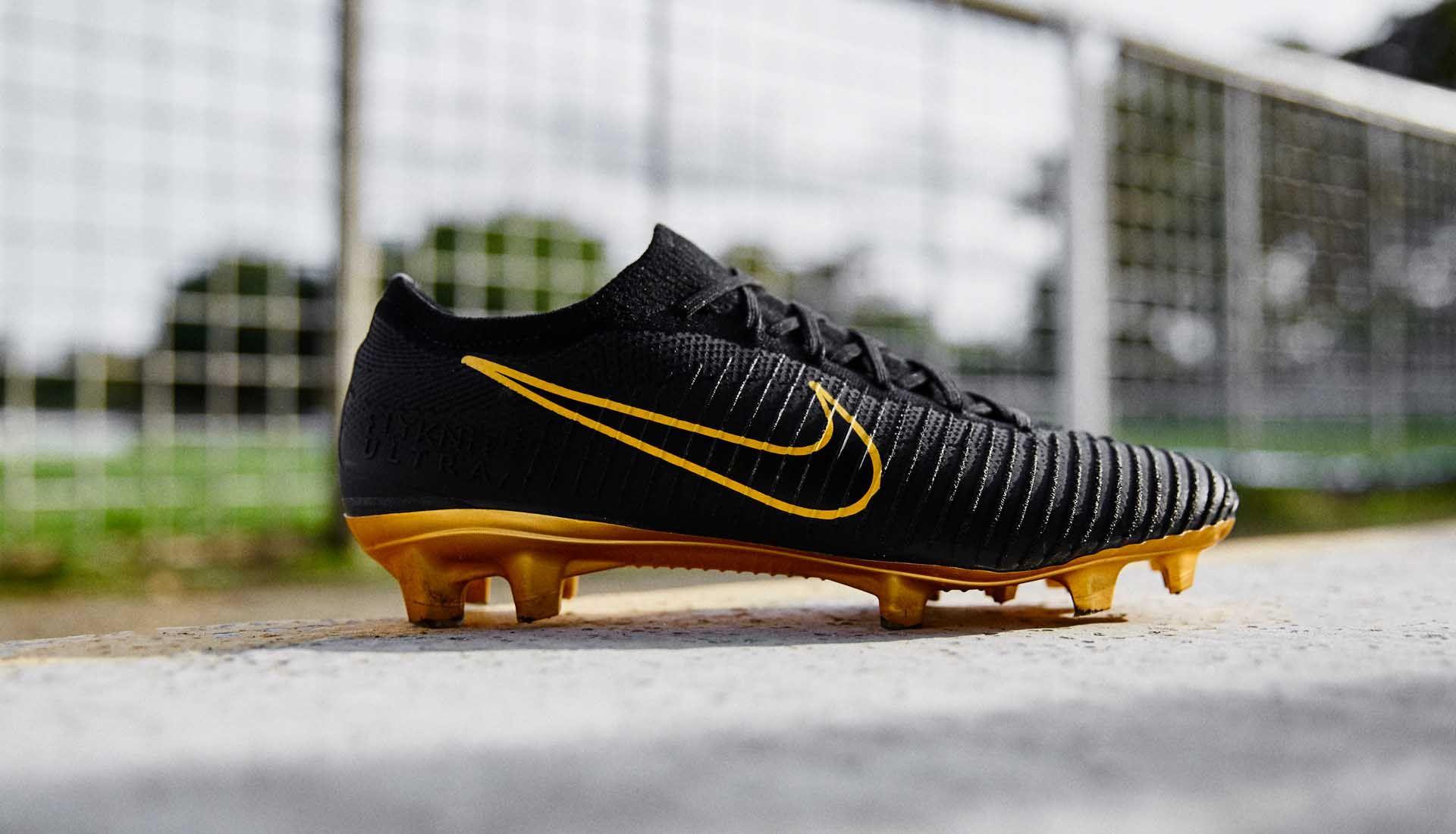 Giày bóng đá da vải thường có lớp trong làm bằng vải và phủ nhựa mỏng bên ngoài