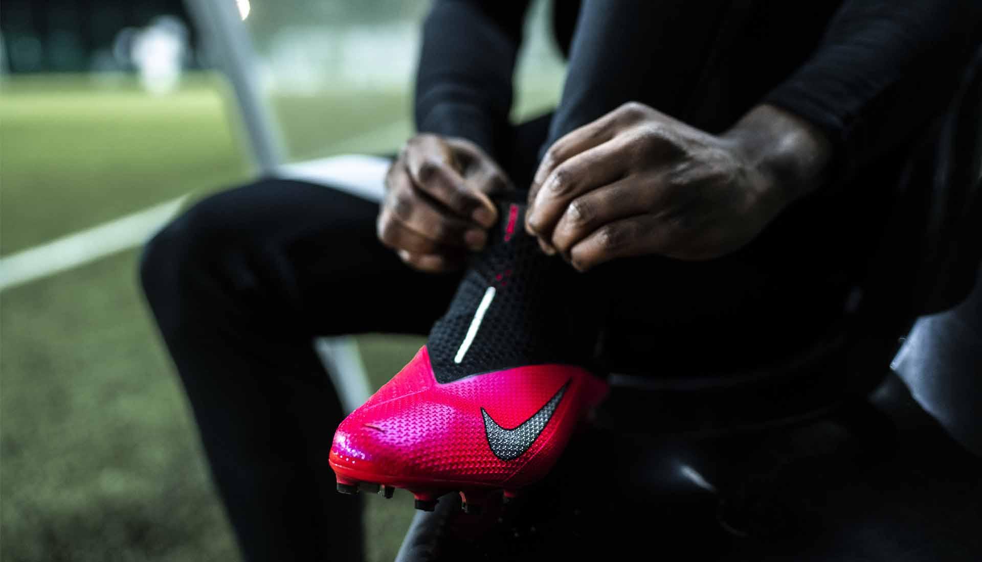 Giày bóng đá ôm chân giúp tăng cảm giác bóng, thật chân, tăng lực sút bóng