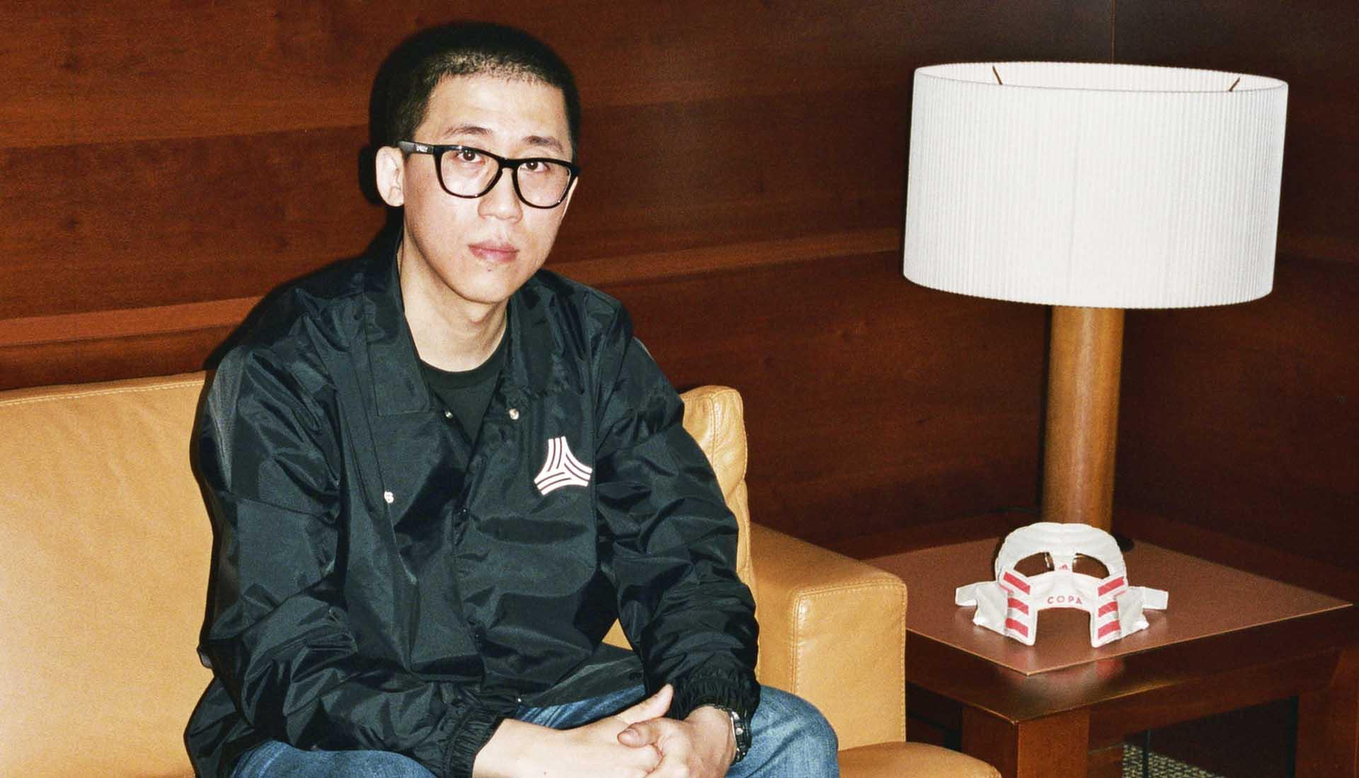 Zhijun Wang là một anh chàng rất thích chế biến giày đá bóng thành các vật dụng khác