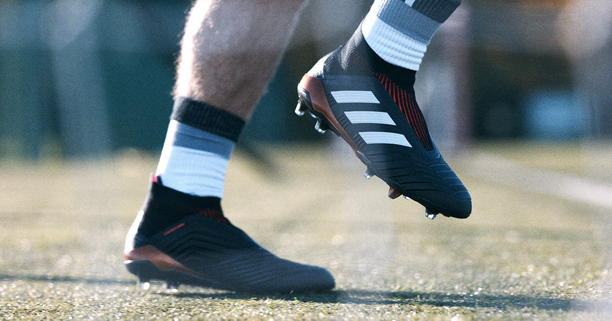 Giày đá bóng đinh FG là một loại giày đinh rất phổ biến trên sân cỏ tự nhiên 11 người