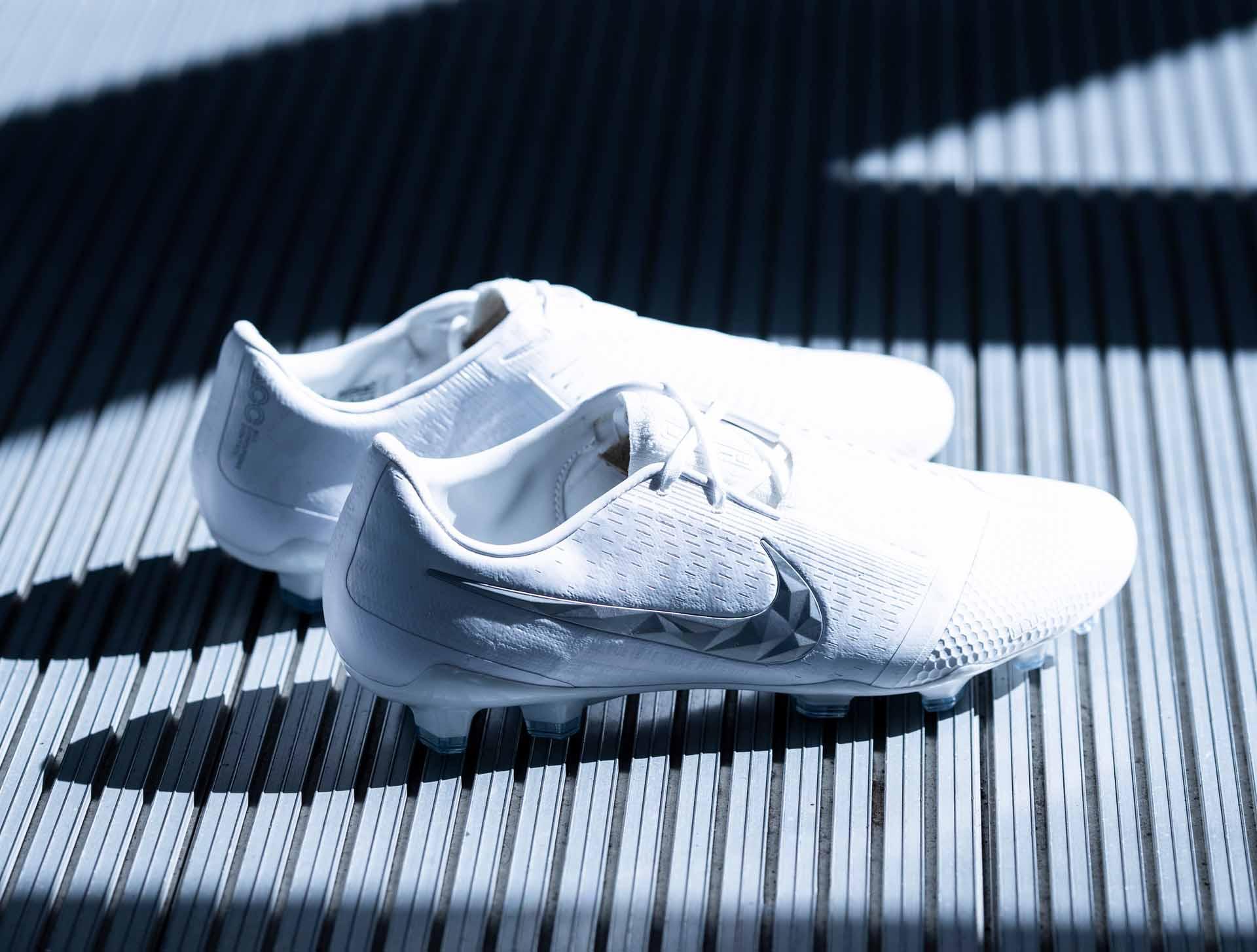 Giày Nike Phantom Venom Nuovo White pack là dòng giày hỗ trợ sút bóng thường được các tiền đạo sử dụng