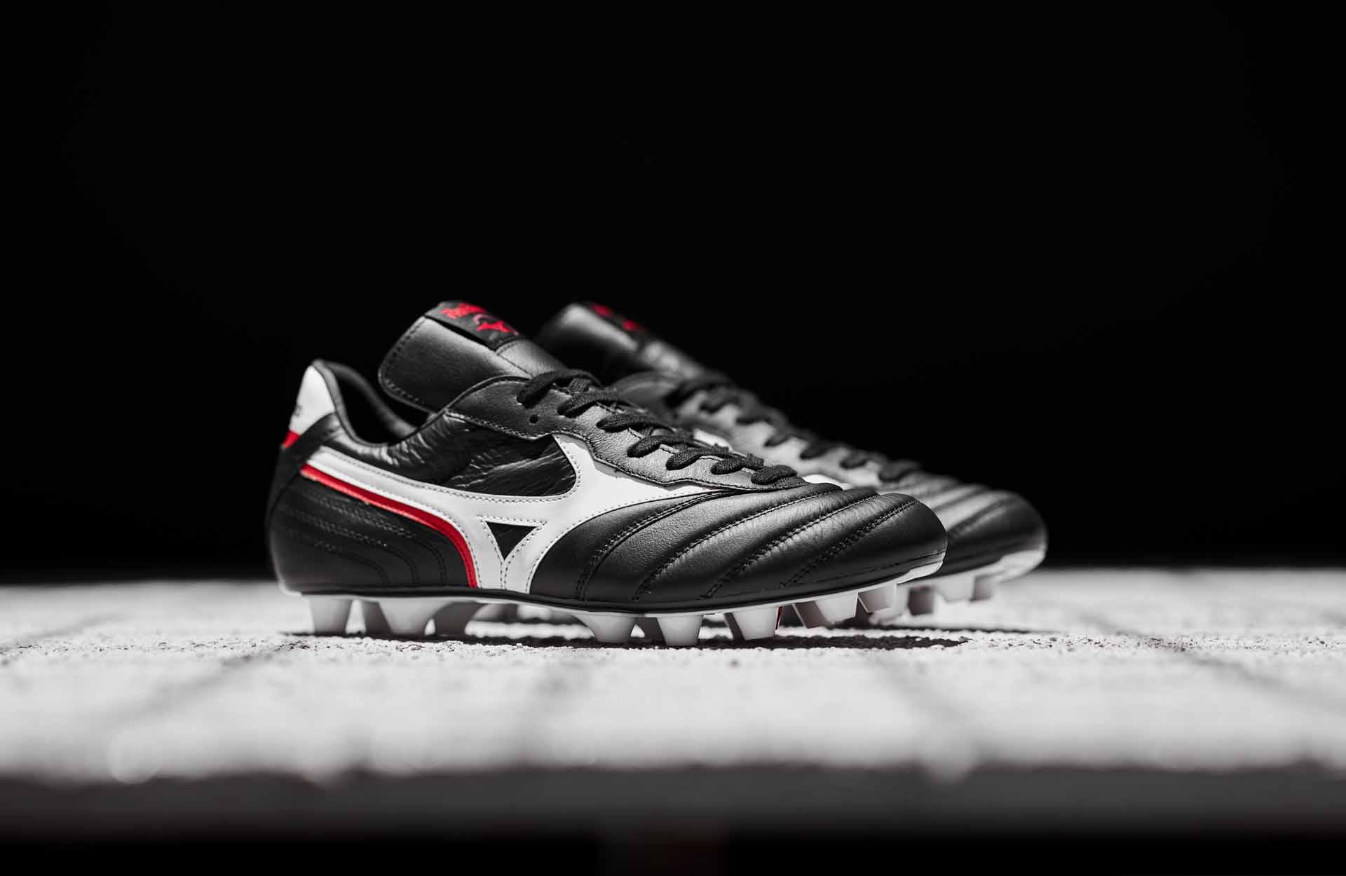Giày bóng đá Morelia Zero đời đầu với thiết kể cổ điển, đơn giản