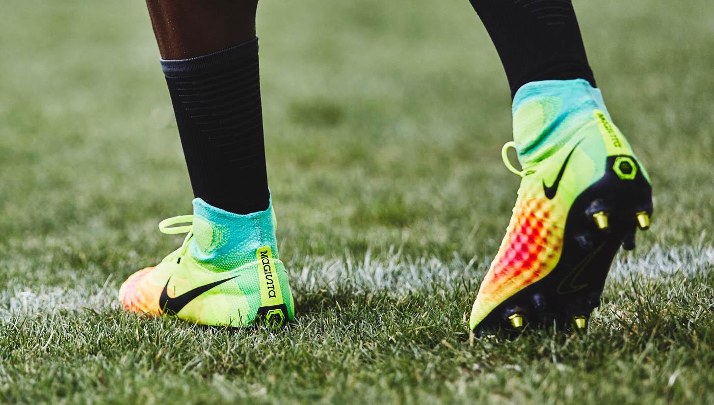Giày đinh sắt SG với công nghệ Anti-Clog của Nike sẽ giúp tránh bám bùn đất vào gầm giày