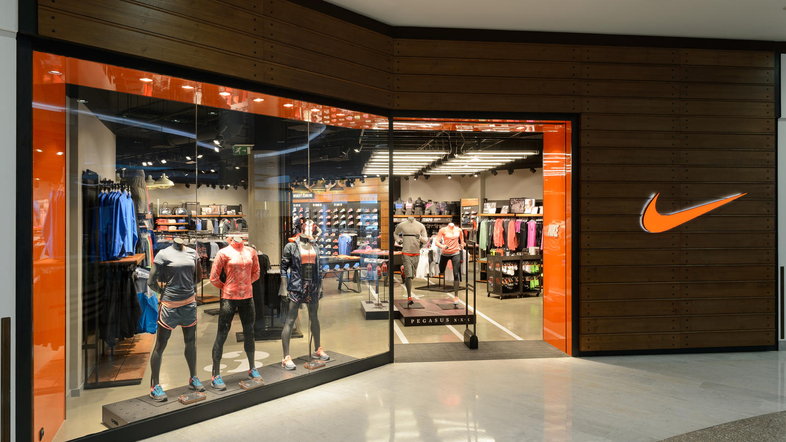 Cửa hàng Nike được thiết kế đẹp mắt và bán rất nhiều sản phẩm quần áo, giày dép, dụng cụ luyện tập thể thao