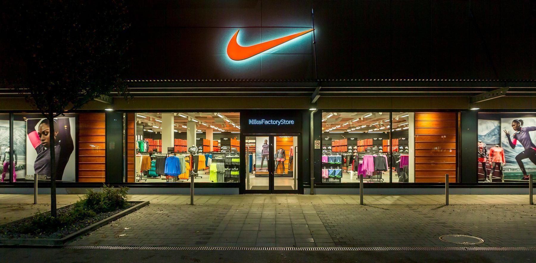 Cửa hàng Nike chính hãng thường nằm ở các trung tâm thương mại lớn, sầm uất