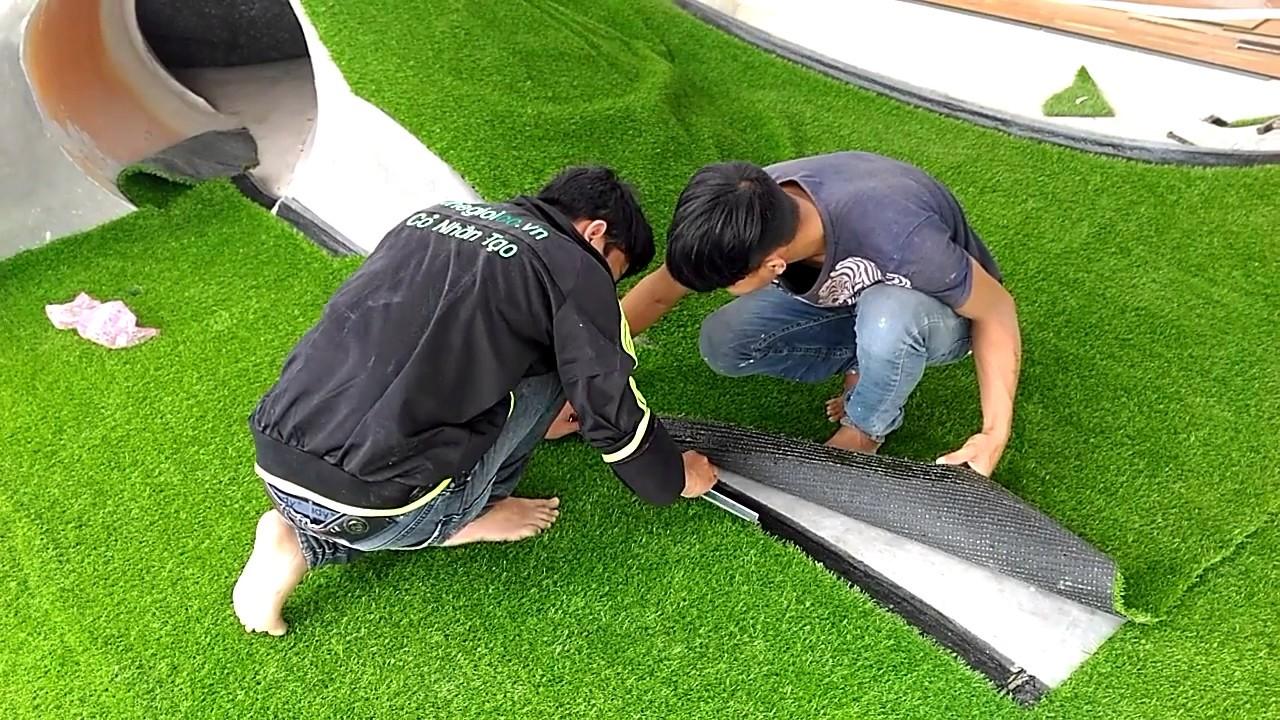 Quá trình thi công sân cỏ nhân tạo có rất nhiều hạng mục khác nhau