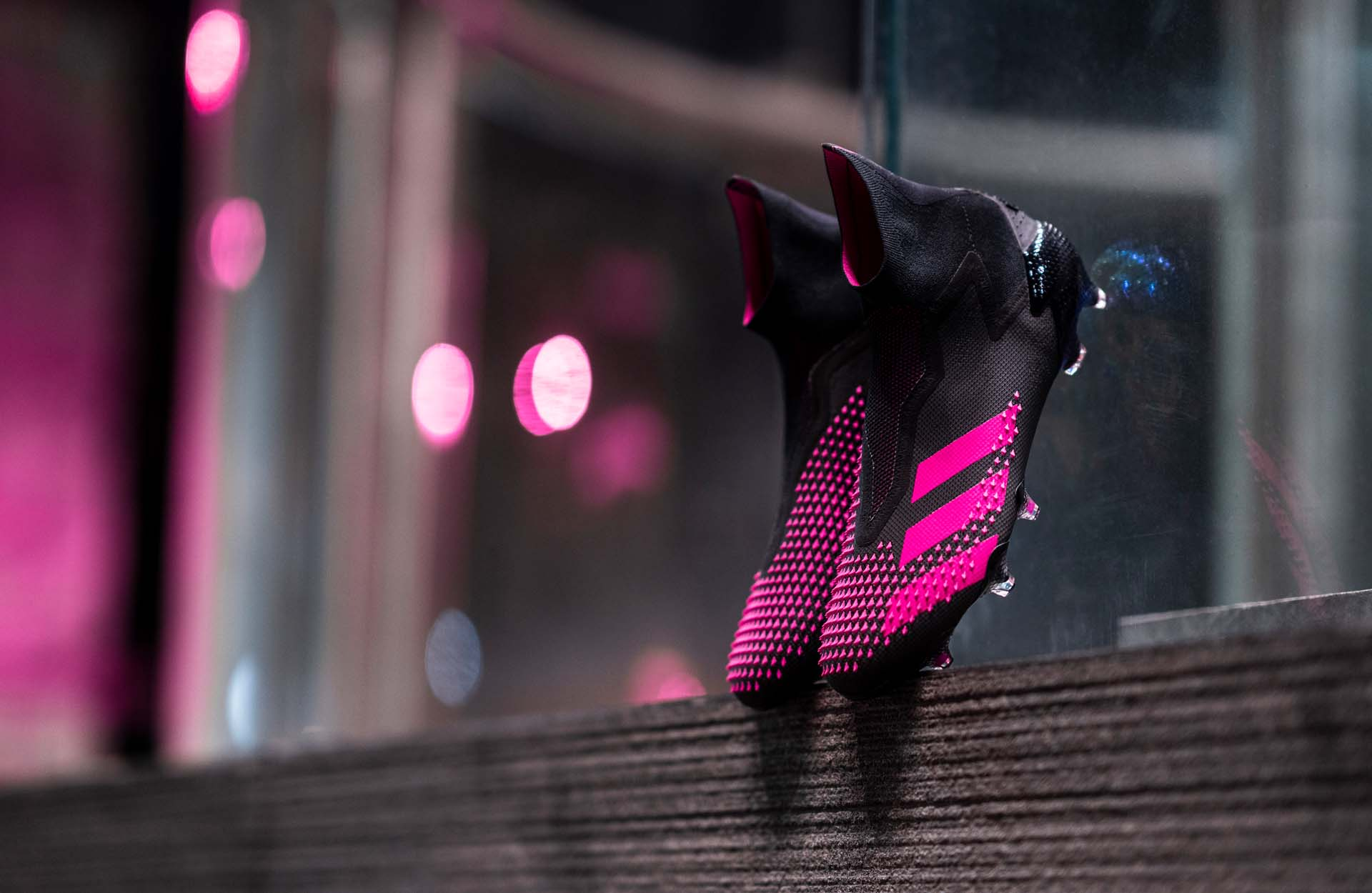 Form giày tuyệt đẹp của giày đá banh sân cỏ tự nhiên Predator 20+ FG đen hồng
