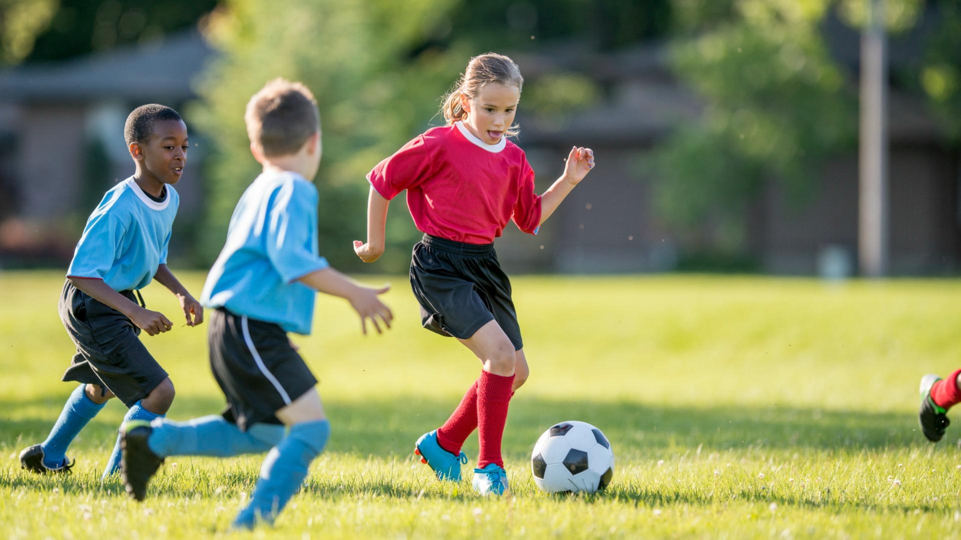 Trẻ em có thế sử dụng giày bóng đá đinh cao trên mặt sân cỏ tự nhiên, sân cỏ nhân tạo loại đẹp có nền sân xốp